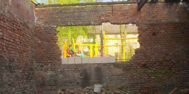 Ouverture dans un mur de briques